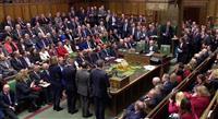 英議会 メイ首相「信任」 総選挙避け造反なし 超党派で代替案作成へ