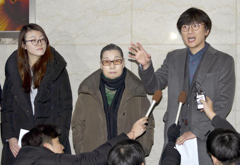 判決言い渡し後に記者会見する原告側弁護士ら=18日、ソウル(共同)