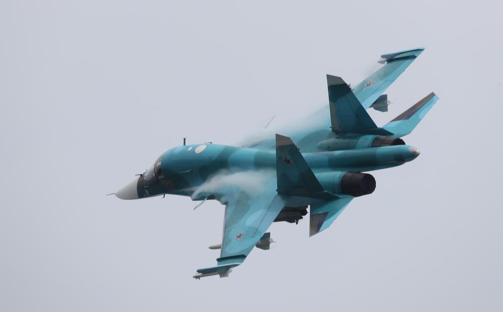 2017年6月15日、モスクワ郊外で開かれた航空ショーで披露されたスホイ34戦闘爆撃機(タス=共同)