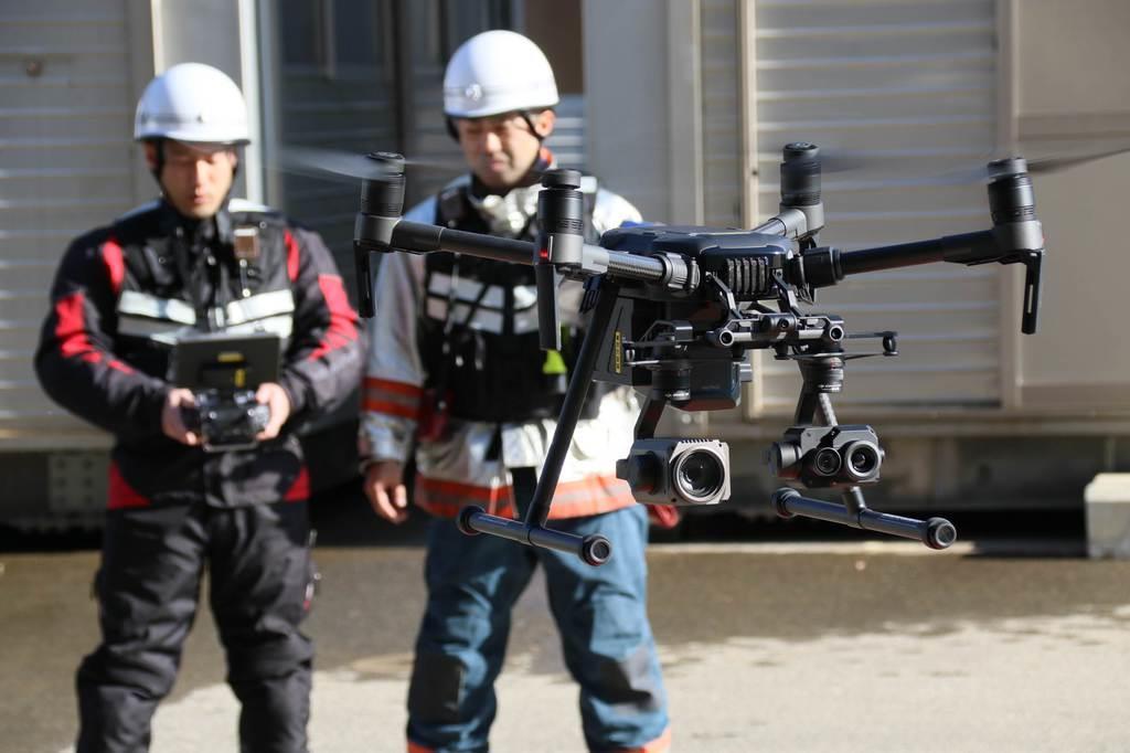 京都市消防局で運用が始まったドローンを操縦する消防隊員=17日、京都市南区の京都市消防活動総合センター(桑村大撮影)