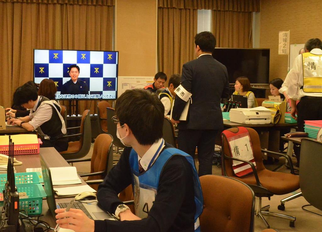 吉村洋文市長がテレビ越しに災害モードを宣言。職員らも映像を確認した=大阪市役所(地主明世撮影)