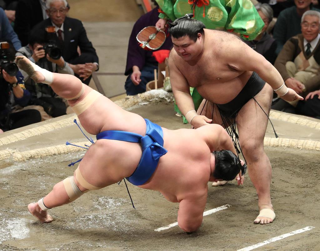 大相撲一月場所7日目 高安は突き落としで琴奨菊を破る=19日、両国国技館(撮影・菊本和人)