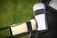 クルマの側面で膨らむ「車外用」の巨大エアバッグ、ドイツのメーカーが開発中