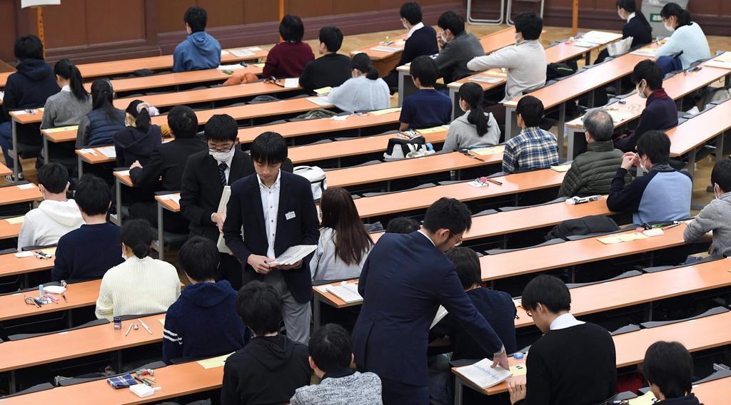 大学入試センター試験に臨む受験生=東京大学(鴨川一也撮影)