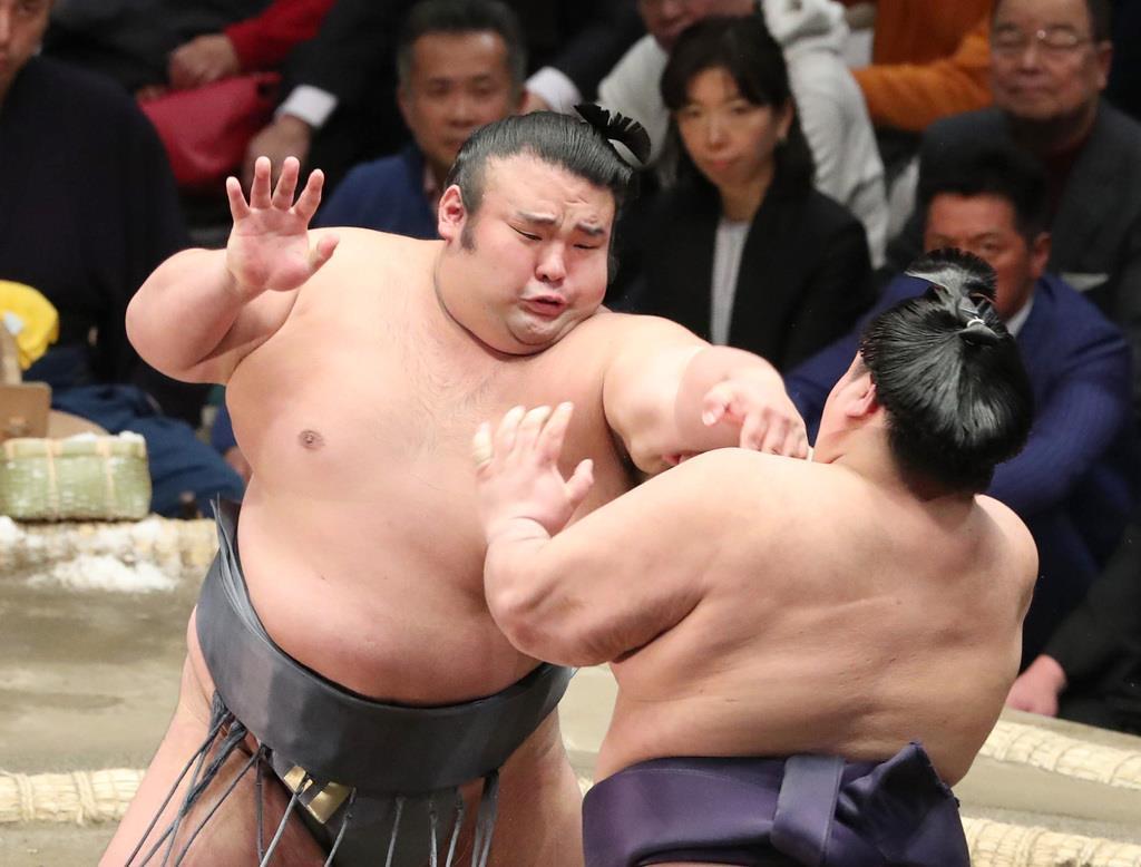 大相撲一月場所8日目 貴景勝は押し出しで阿武咲を破る=20日、両国国技館(撮影・菊本和人)