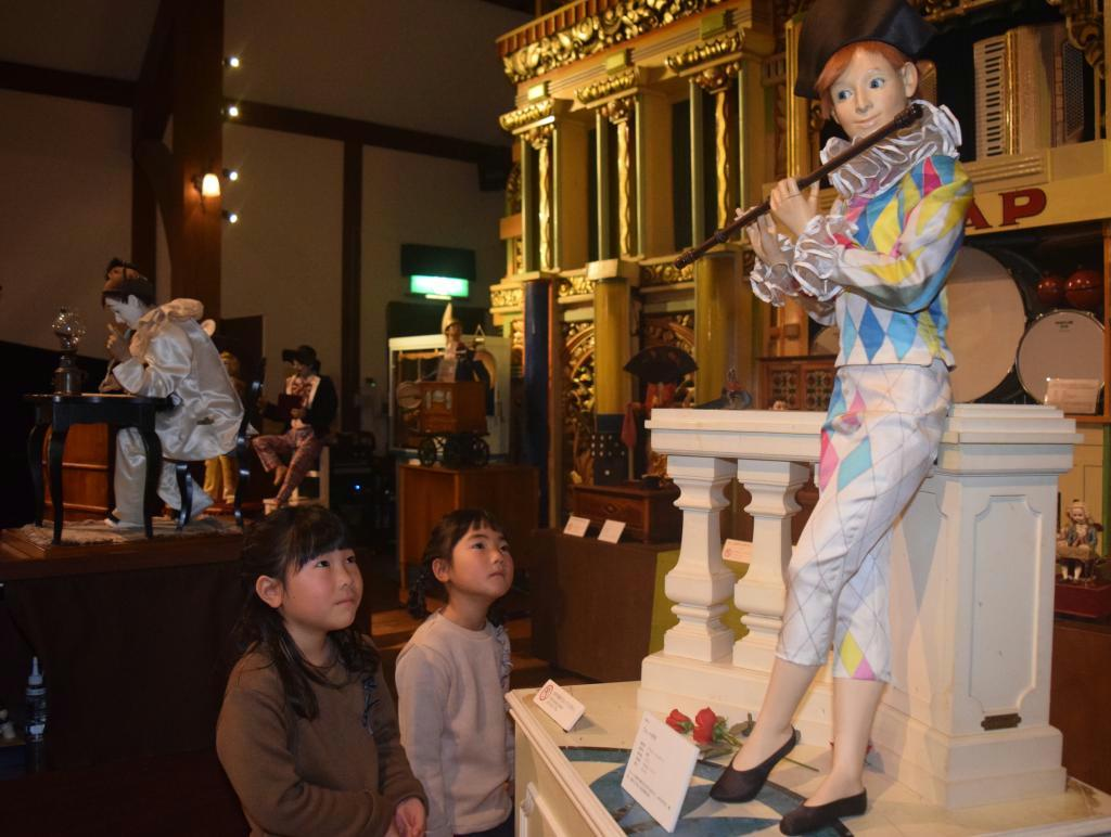 六甲オルゴールミュージアムで展示されている自動人形=神戸市灘区