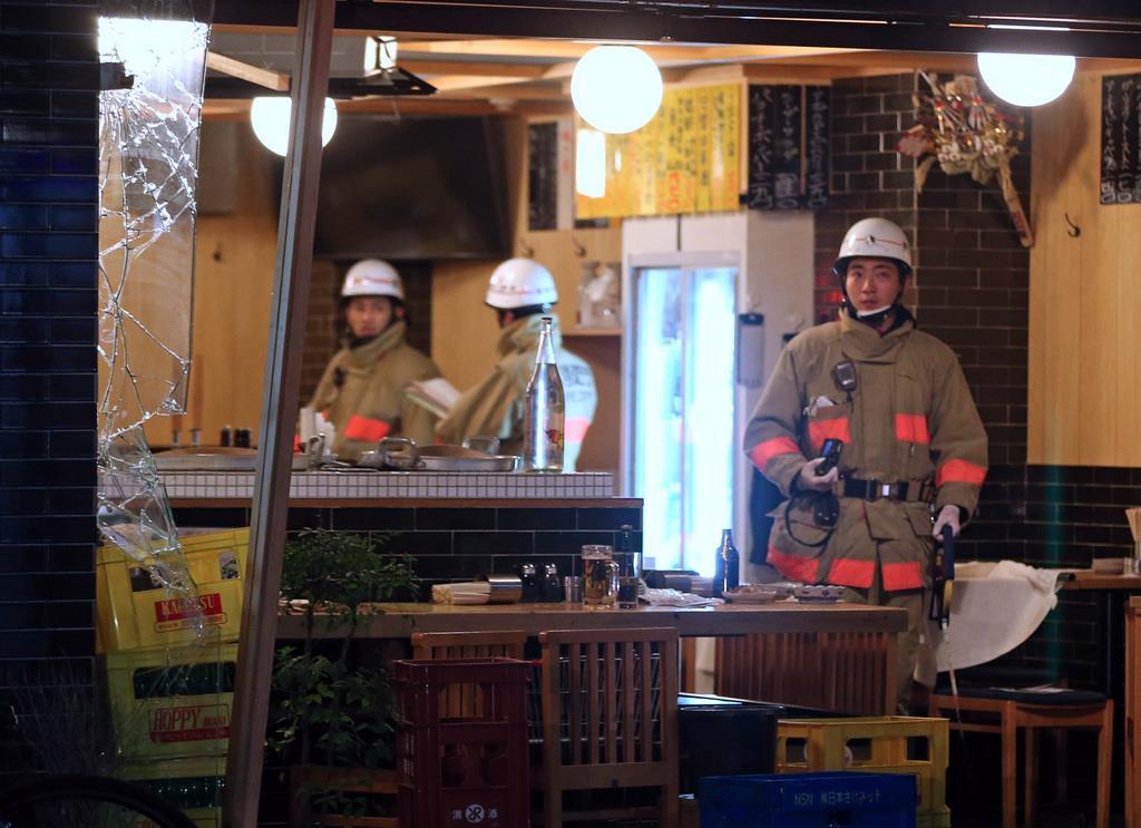 爆発の起きたとみられる飲食店付近を調べる消防隊員ら=23日、東京都品川区(桐原正道撮影)