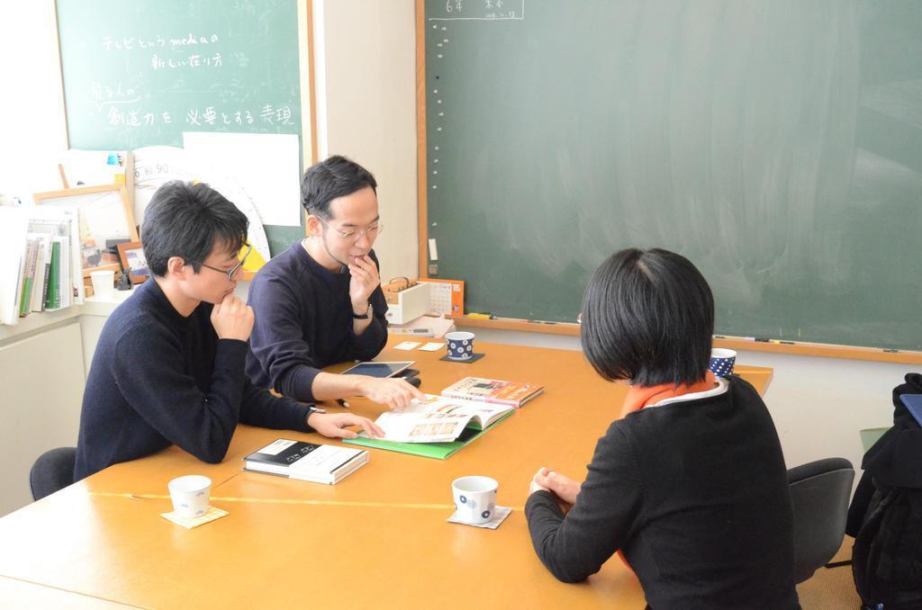 打ち合わせはユーフラテスの事務所で行われる。左から、石川将也氏、山本晃士ロバート氏、笹山麻衣氏(松尾祐紀撮影)
