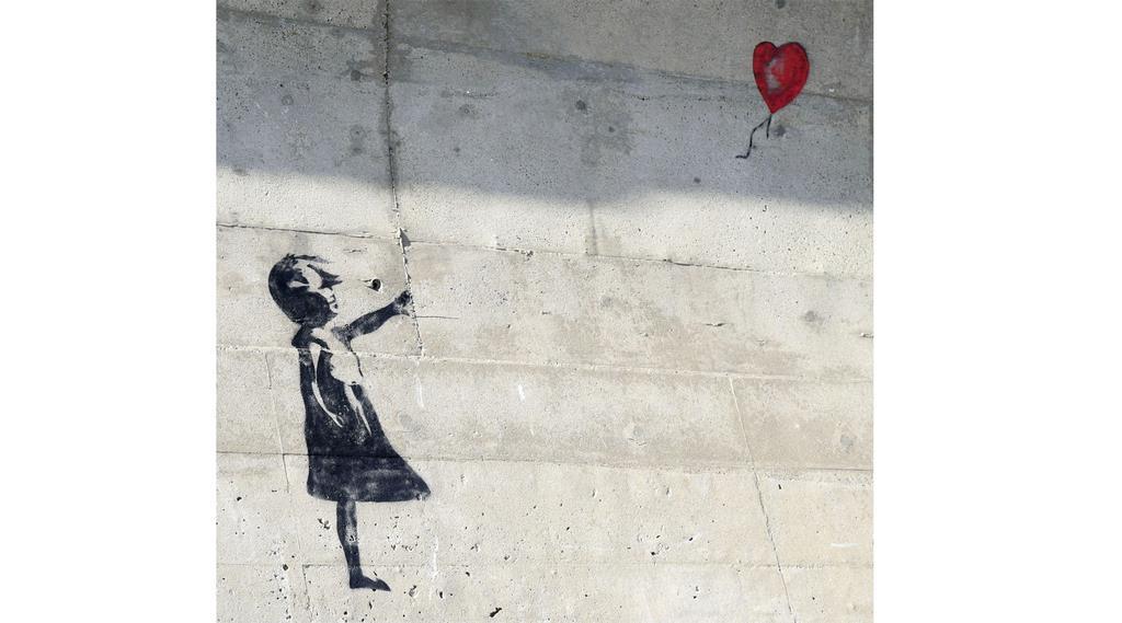 漁港の防波堤に画かれたバンクシーの作品「少女と風船」に