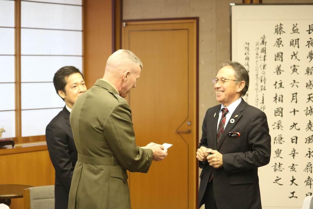 在沖米軍トップのスミス4軍調整官(中央)と会談した沖縄県の玉城デニー知事(右)=23日午後、沖縄県庁