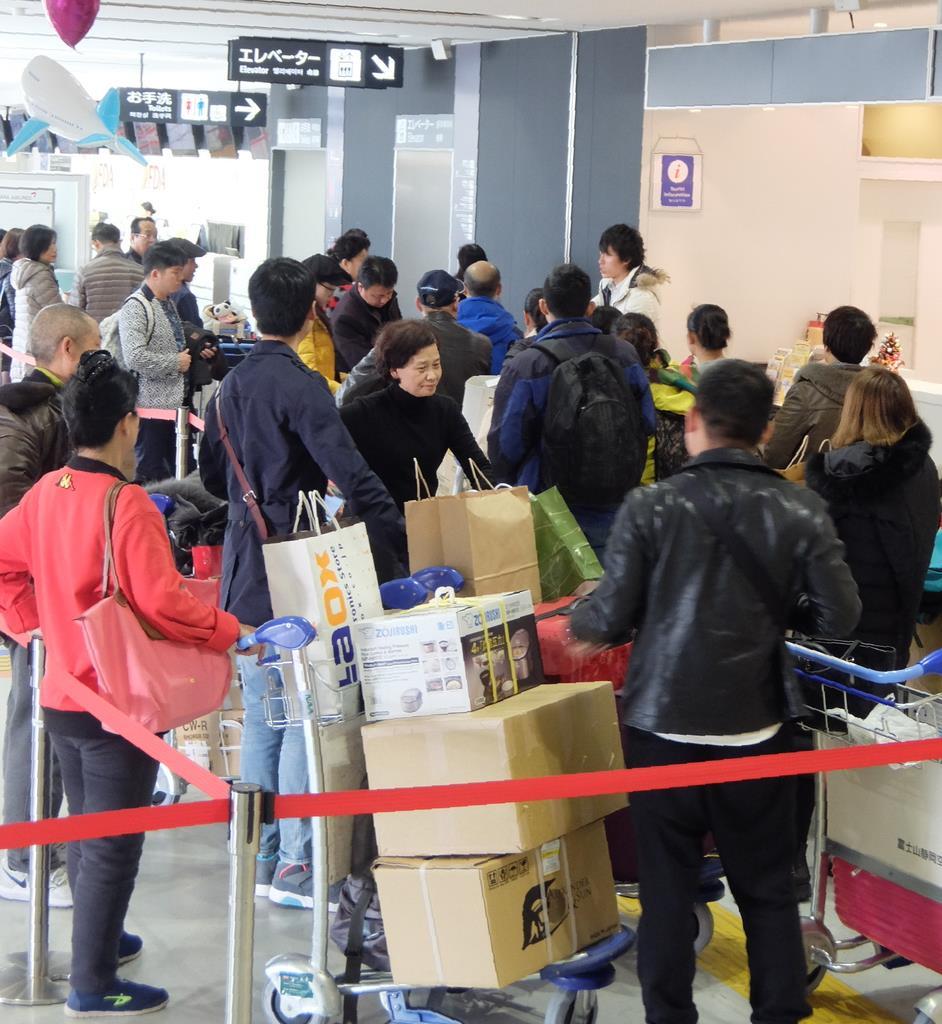 「爆買い」の中国人観光客でごった返す静岡空港ターミナルビル(田中万紀撮影)