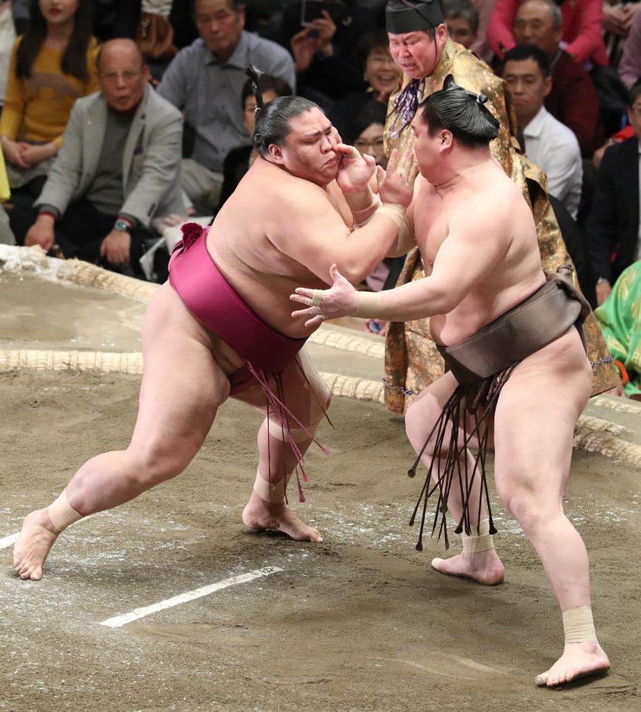 大相撲一月場所11日目 御嶽海は押し出しで白鵬を破る=23日、両国国技館(撮影・菊本和人)