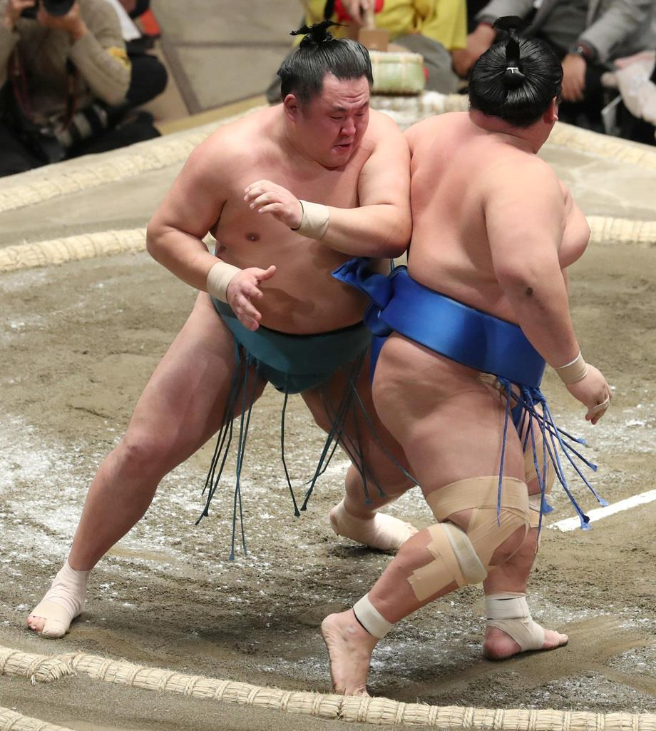 大相撲一月場所11日目 玉鷲は押し出しで琴奨菊を破る=23日、両国国技館(撮影・菊本和人)