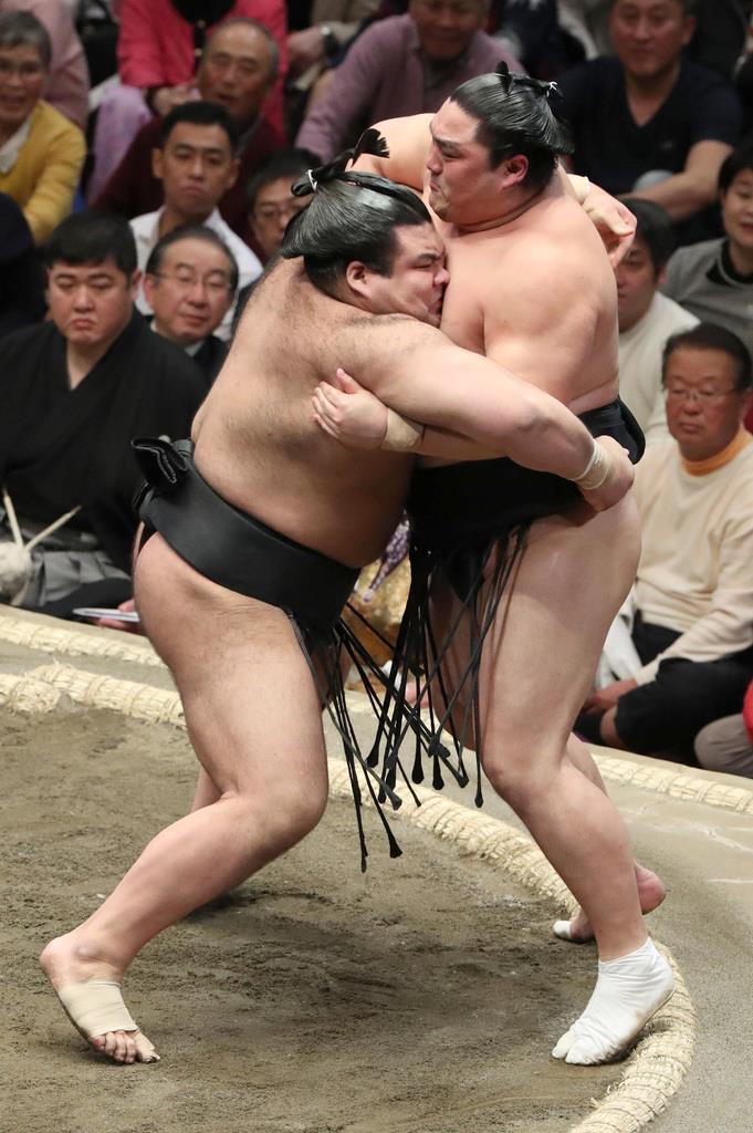 大相撲一月場所11日目 高安は寄り切りで隠岐の海を下す=23日、両国国技館(撮影・菊本和人)