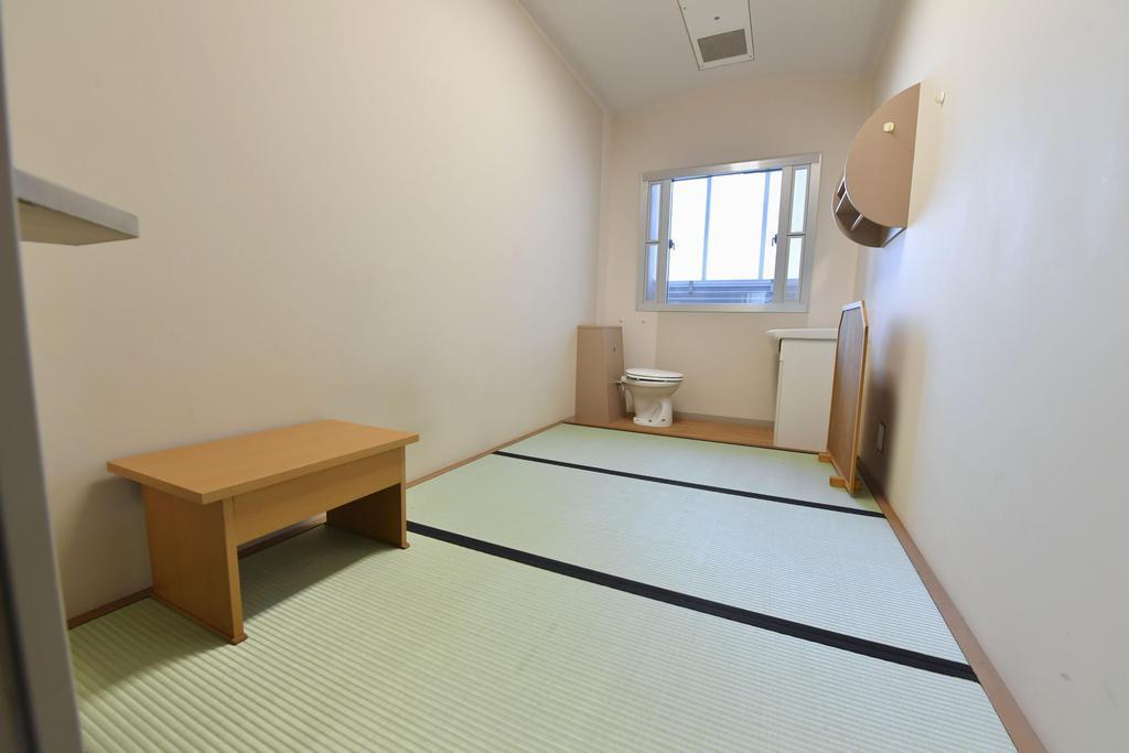 勾留された人が入る東京拘置所の1人部屋=東京都葛飾(かつしか)区