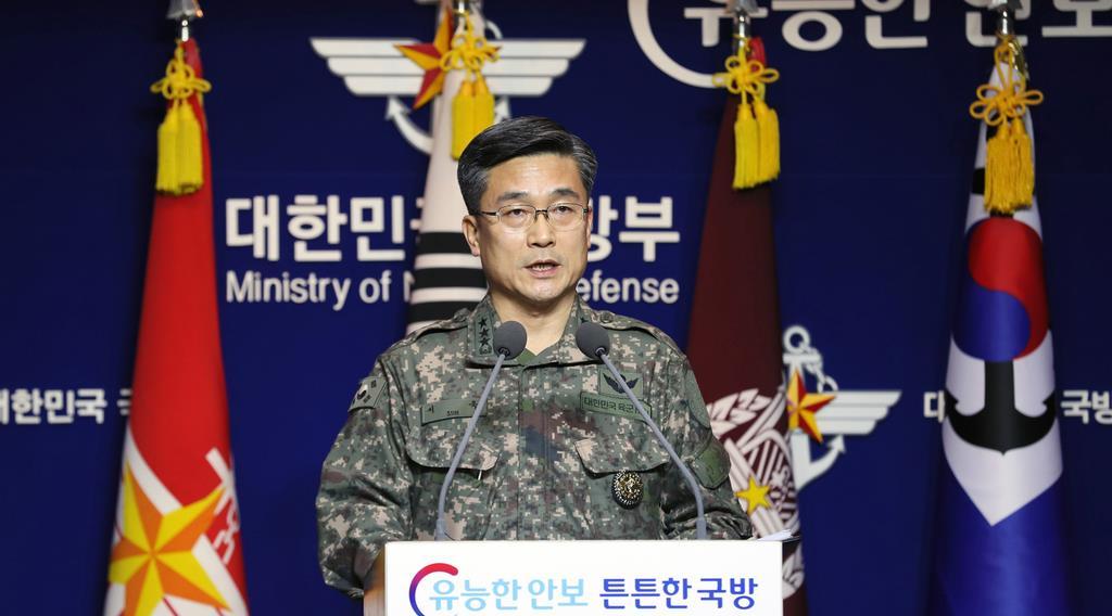 日本の哨戒機が韓国海軍艦に威嚇飛行したとする韓国国防省の会見=23日、ソウル(AP)