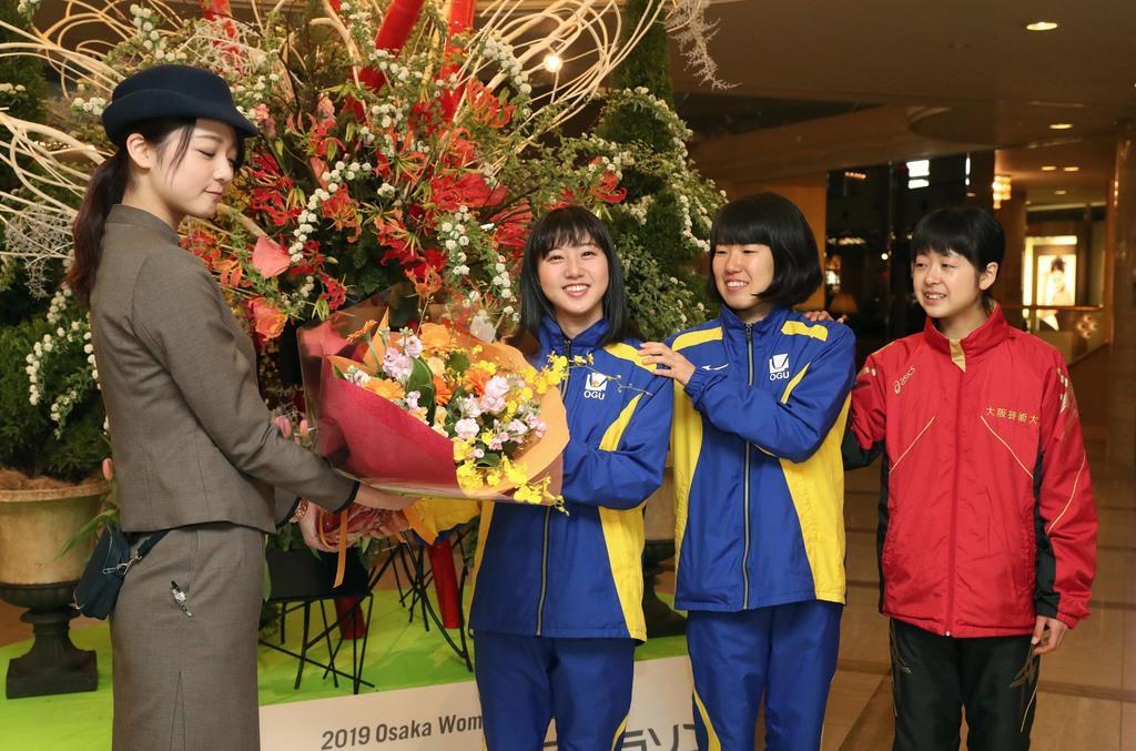 ホテル従業員から花束を受け取るネクストヒロインの(左から2人目から)大阪学院大の水口瞳、橋本晴圭、志村野々花=23日午前、大阪市中央区(鳥越瑞絵撮影)