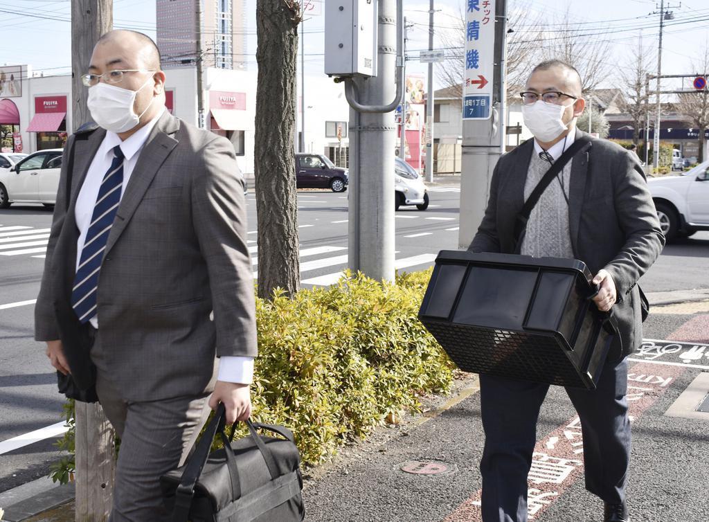 鳥山裕哉容疑者の自宅を家宅捜索し、押収物を運び出す埼玉県警の捜査員=24日午後、前橋市