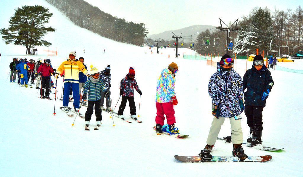 草津白根山噴火1年 草津温泉スキー場利用客 前年の8割保つ 家族
