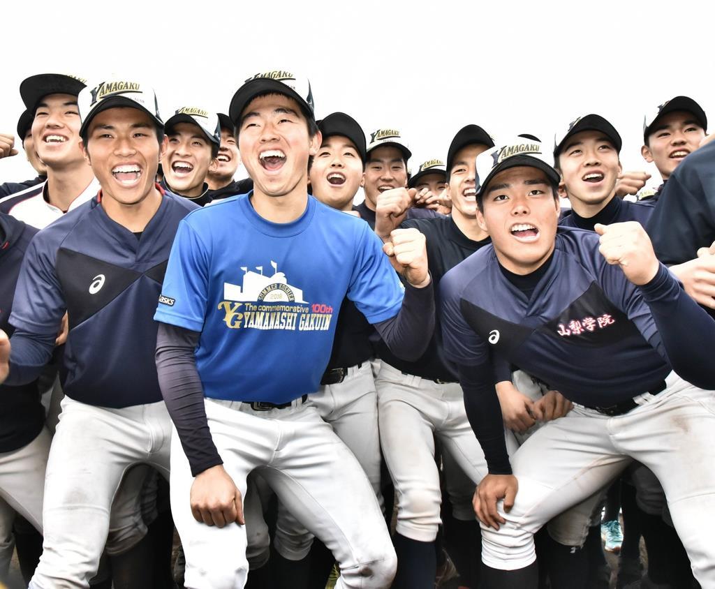 センバツ出場が決まり喜ぶ山梨学院野球部の部員=25日、甲府市砂田町(昌林龍一撮影)