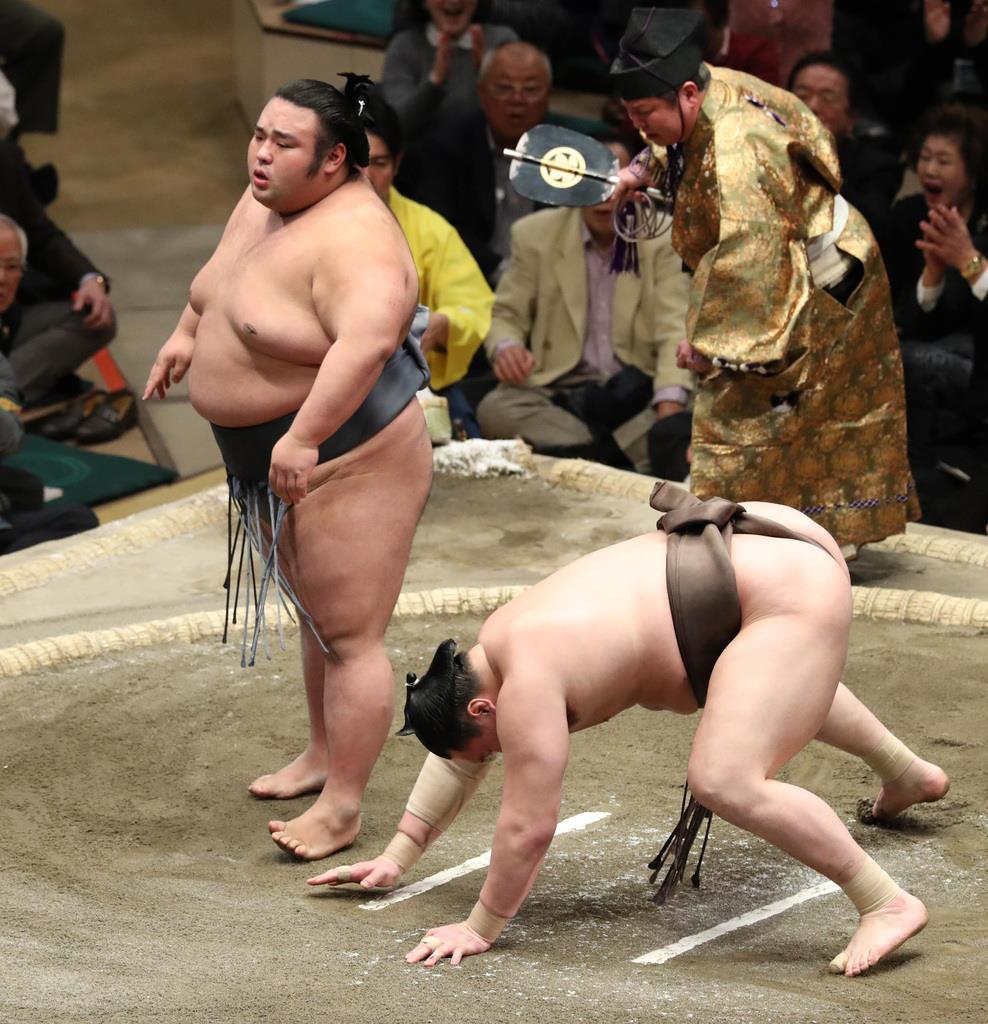 貴景勝に突き落としで敗れた白鵬(右)=25日、両国国技館(萩原悠久人撮影)