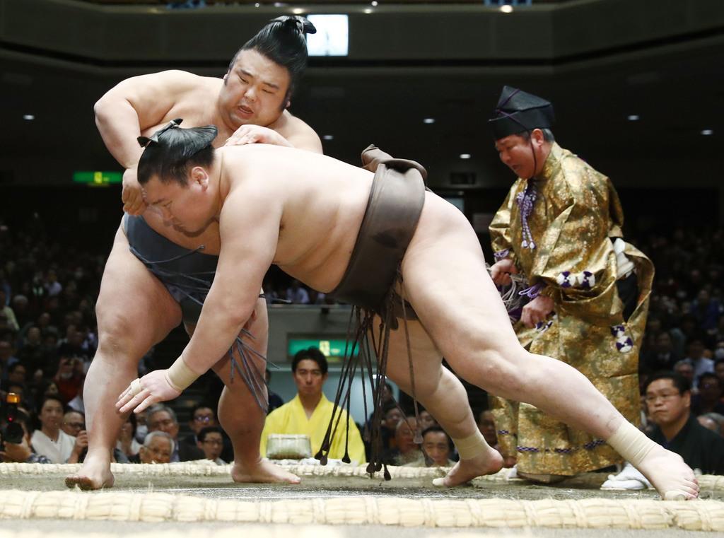白鵬(手前)が突き落としで貴景勝に敗れる=25日、両国国技館