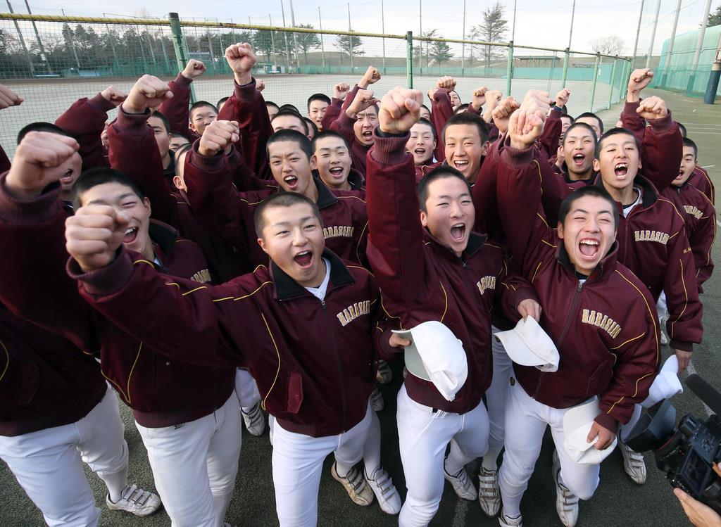 選抜高校野球大会出場が決まり、喜ぶ市立習志野高校野球部の選手たち=千葉県習志野市の習志野高校野球場(撮影・荒木孝雄)