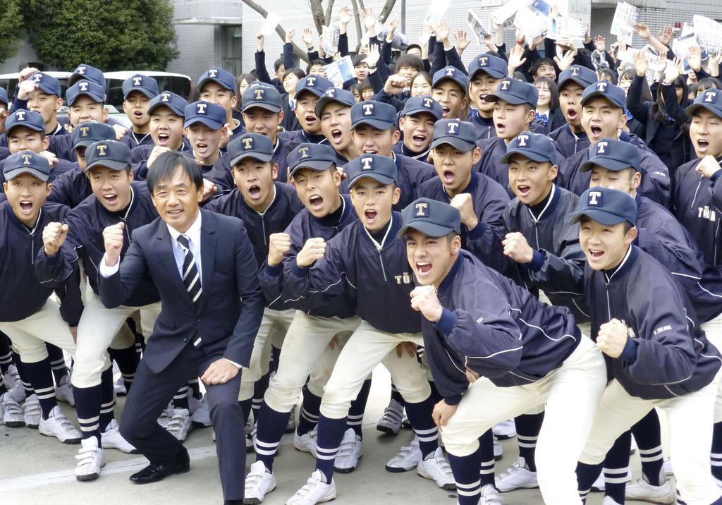 16年ぶりの選抜出場が決まり、喜ぶ桐蔭学園の部員たち=25日、横浜市