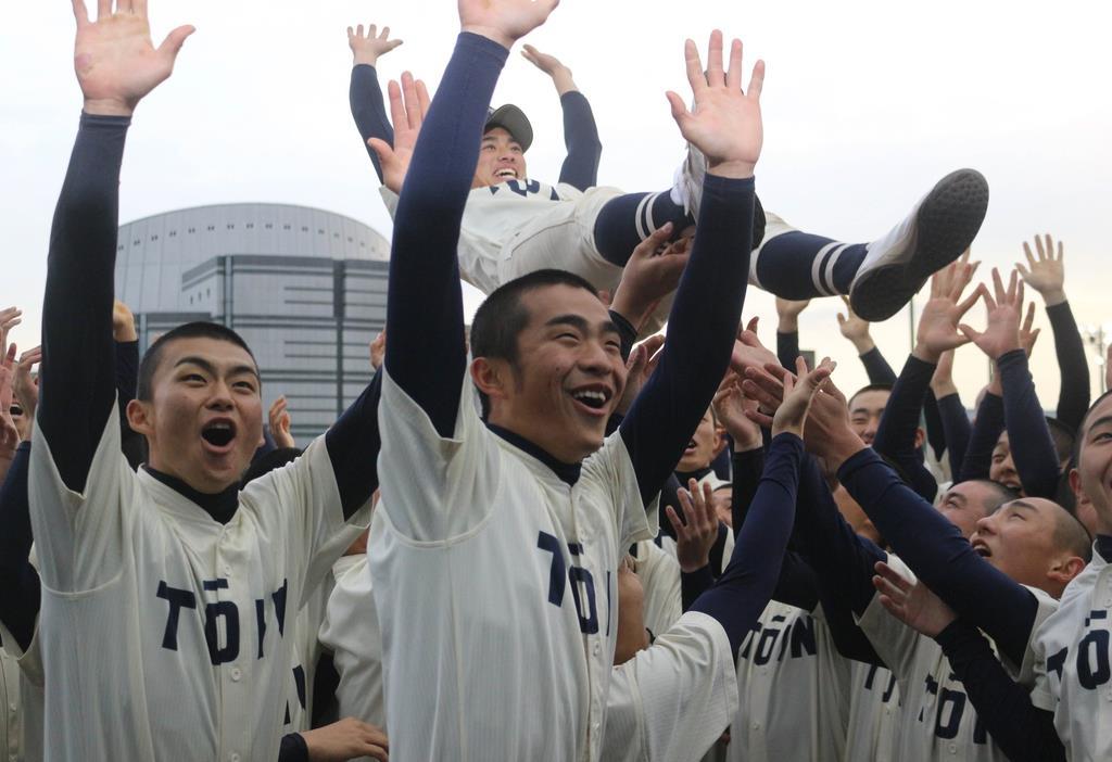森敬斗主将を胴上げするなど歓喜に沸く桐蔭学園ナイン=25日、横浜市(河野光汰撮影)