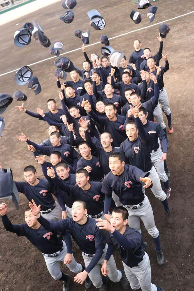 帽子を投げて喜び合う横浜ナイン=25日、横浜市