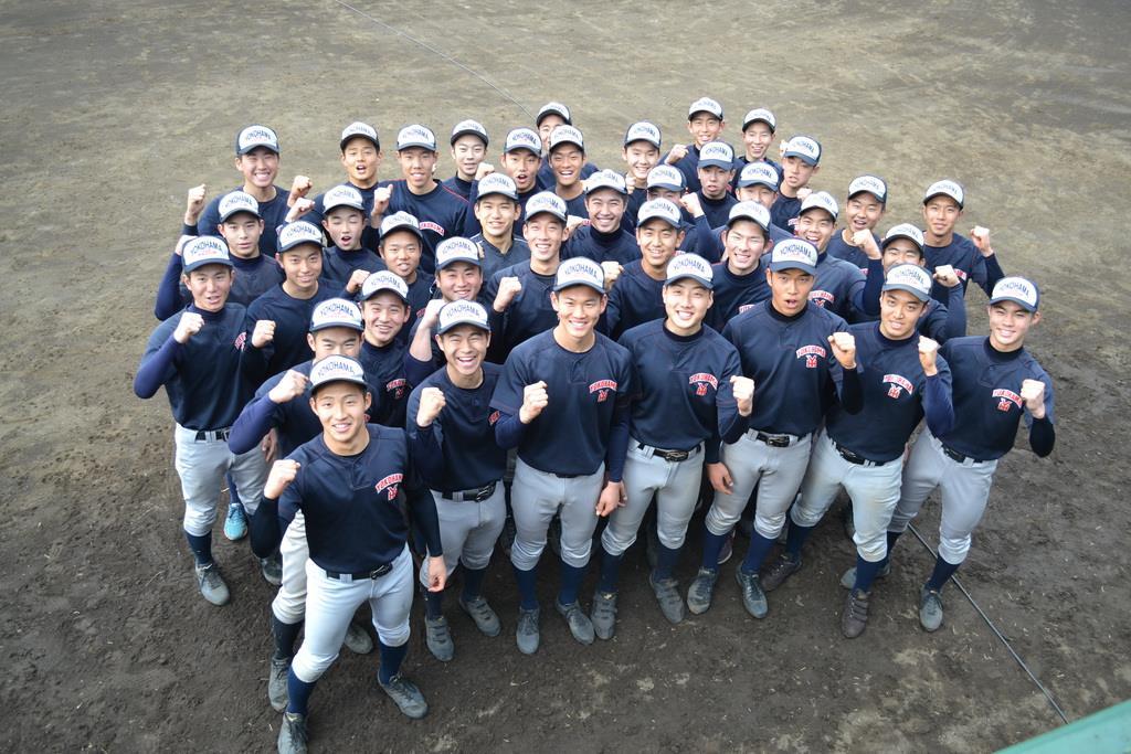 横浜・及川雅貴投手(前列左から3人目)らは、センバツ出場が決まり、ガッツポーズを見せた=25日、横浜市(赤堀宏幸撮影)