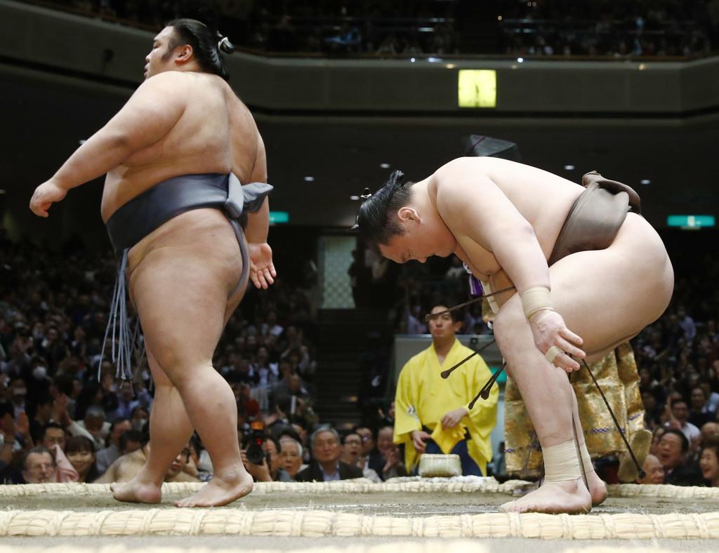 25日、貴景勝(左)に突き落としで敗れた白鵬=両国国技館