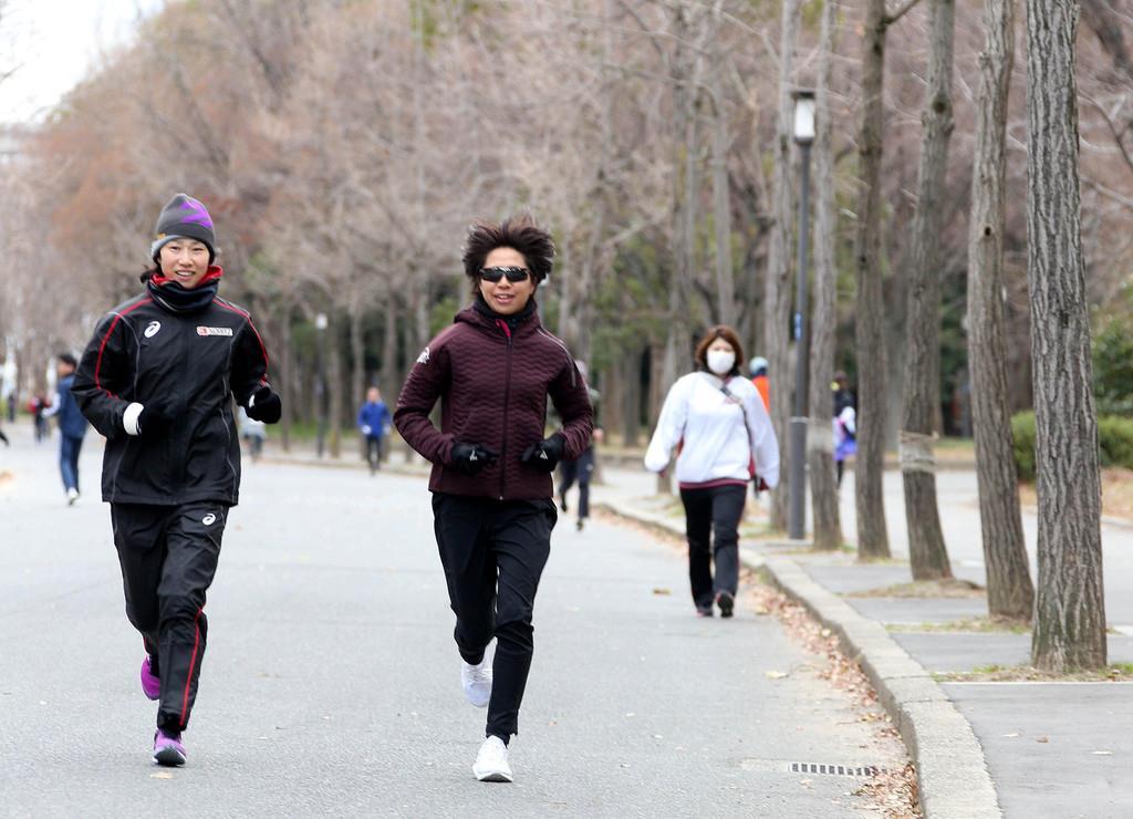 小崎まりとランニングをする福士加代子=26日午後、大阪市中央区(宮沢宗士郎撮影)