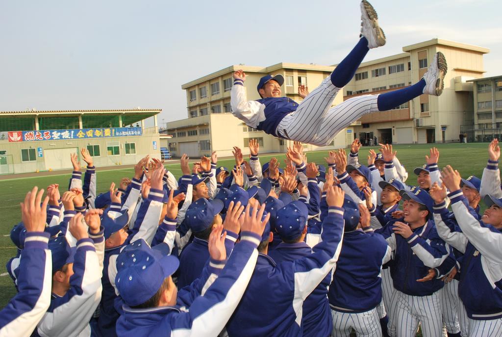 胴上げしてセンバツ出場を喜ぶ松山聖陵の選手たち=松山市