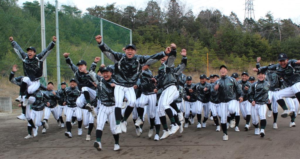 17年ぶり3回目の出場が決まり、喜びを爆発させる津田学園の選手たち=桑名市