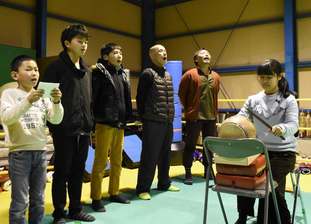 御船歌の稽古をする小中学生ら公演メンバー=和歌山市