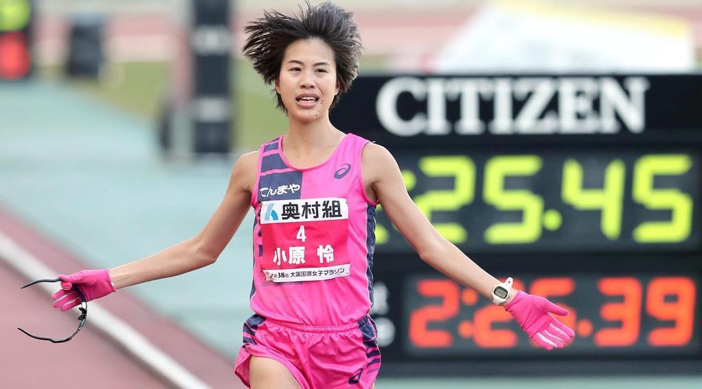 「第38回大阪国際女子マラソン」 2位でゴールする小原怜=27日、ヤンマースタジアム長居(彦野公太朗撮影)