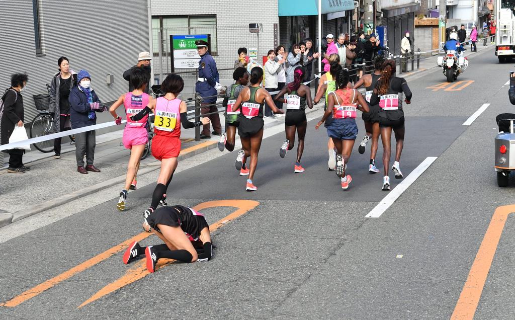 第38回大阪国際女子マラソン 12キロ過ぎで転倒した福士加代子=27日、大阪市天王寺区(沢野貴信撮影)