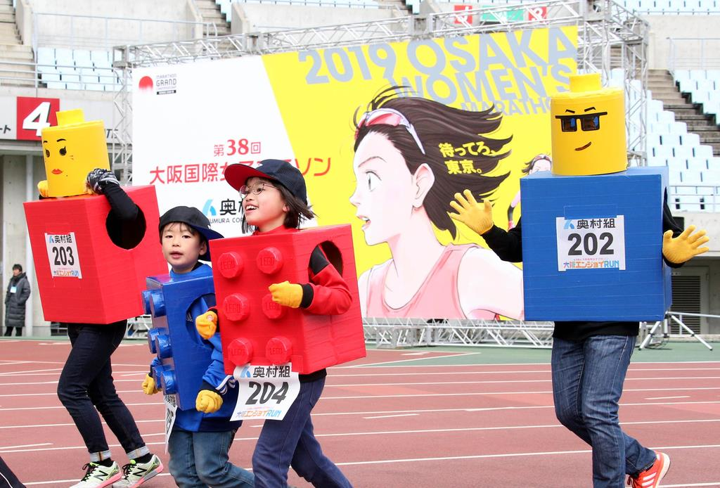 【第38回大阪国際女子マラソン】エンジョイラン コスプレを楽しむランナー=27日午前、大阪市東住吉区のヤンマースタジアム長居(宮沢宗士郎撮影)