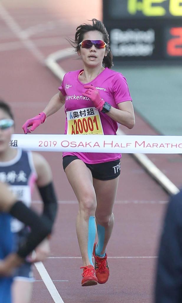 大阪ハーフマラソン一般の部・女子 1位でゴールするリン・ヨウセイさん=27日、大阪市東住吉区のヤンマースタジアム長居(撮影・二星昭子)