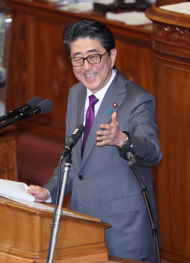 衆院本会議で答弁中のヤジを笑顔で諌める安倍晋三首相=31日午後、国会(春名中撮影)