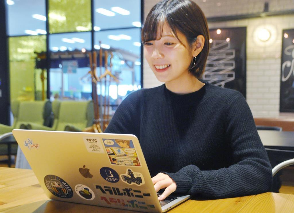 勤務する「サイボウズ」での仕事のほかに、ライターや編集者の副業もこなす明石悠佳さん=21日、東京都中央区