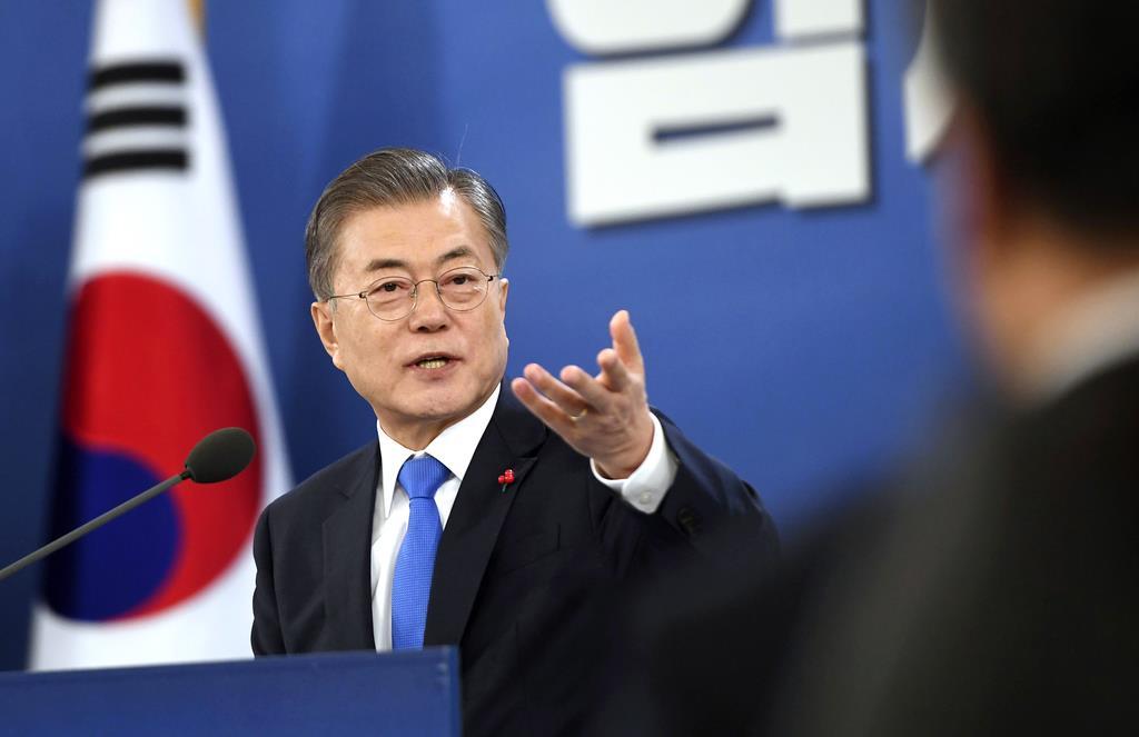 韓国ソウルの大統領府で、年頭の記者会見を開いた文在寅大統領=1月10日(AP)