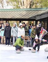 屋外の天然氷リンクでカーリング 競技発祥時の楽しさ体験 栃木・日光金谷ホテル