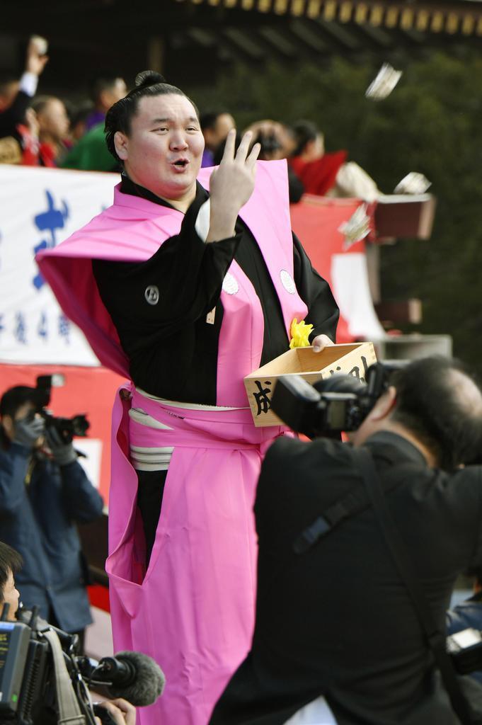 成田山新勝寺の節分会で豆をまく横綱白鵬関=3日午前、千葉県成田市