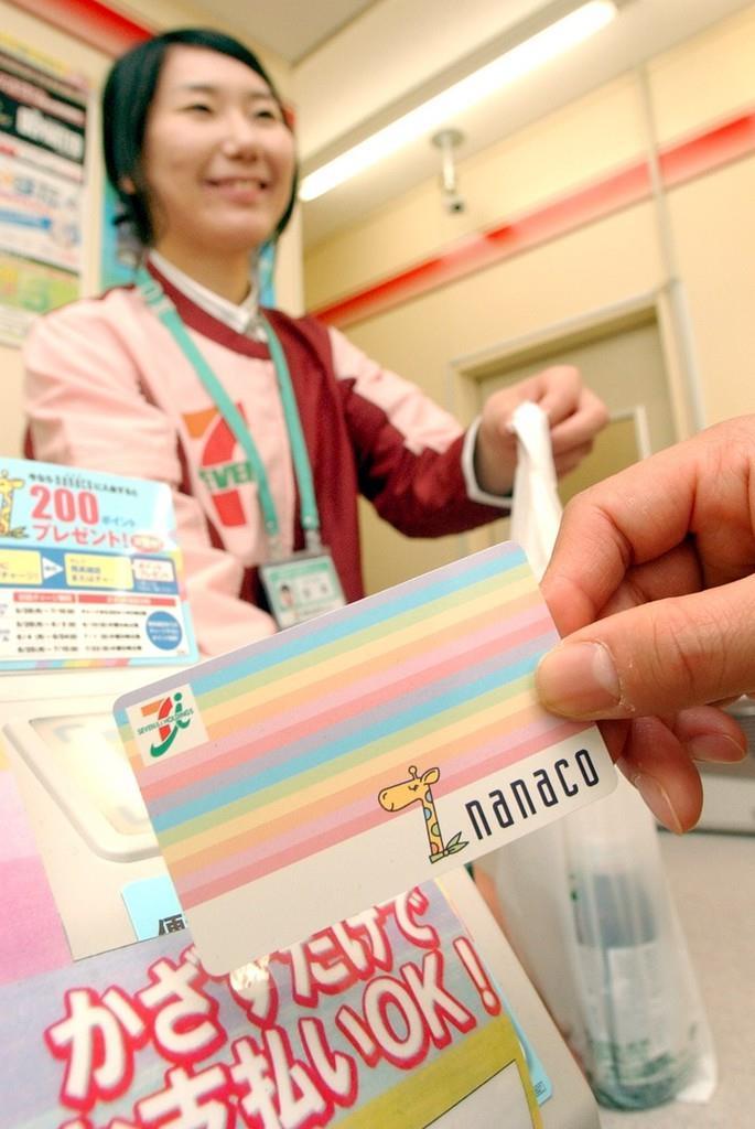 セブン&アイ・ホールディングスの電子マネー「nanaco(ナナコ)」。税抜き価格で付与するポイントを計算する=大阪市中央区(撮影・桐山弘太)
