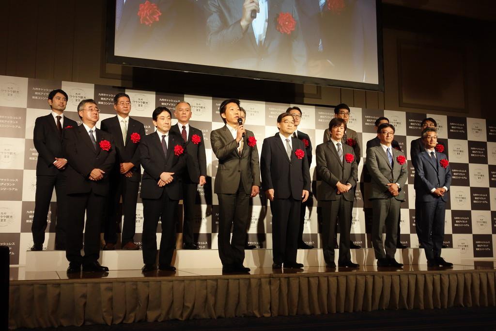 キャッシュレスを推進するため、コンソーシアムを設立した企業の幹部ら=福岡市博多区