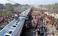 インドで脱線、6人死亡 線路に亀裂か
