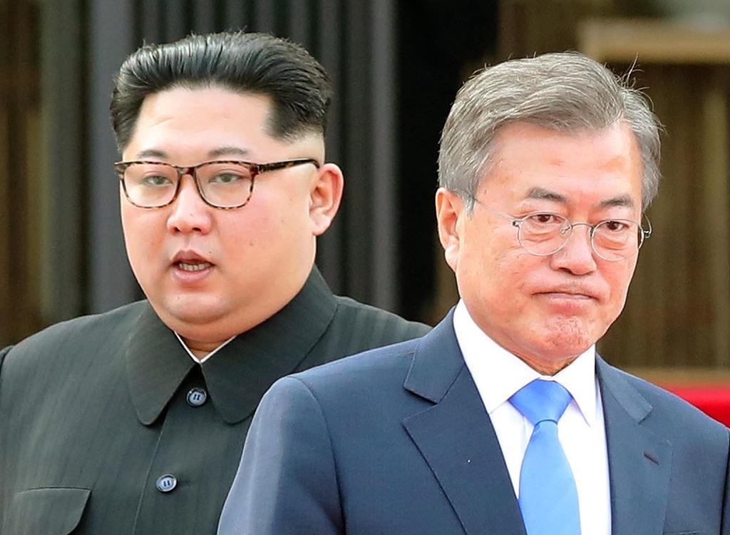 韓国の文在寅大統領(手前)と北朝鮮の金正恩朝鮮労働党委員長=板門店の韓国側施設「平和の家」(韓国共同写真記者団撮影)