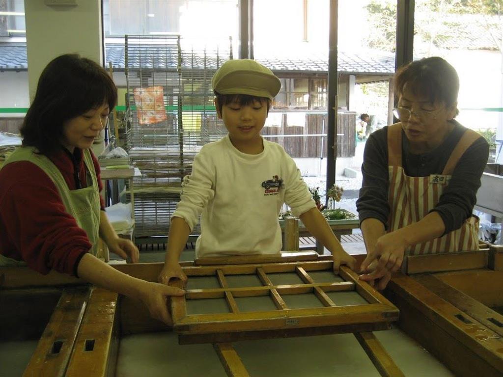 平成19年に高知県を旅行し和紙すき体験を受ける長男(中央)。「地元の人との交流ができるのが良かった」と村田和子さん(村田さん提供)